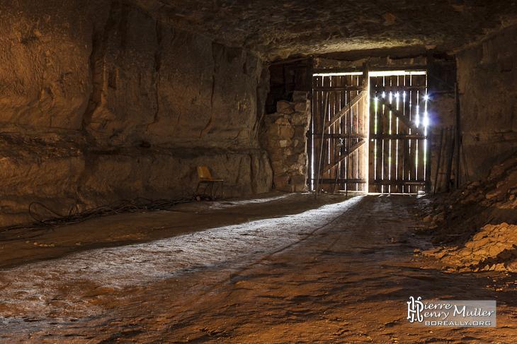 Entrée de la carrière souterraine Conflans Saint Honorine avec lumière du jour