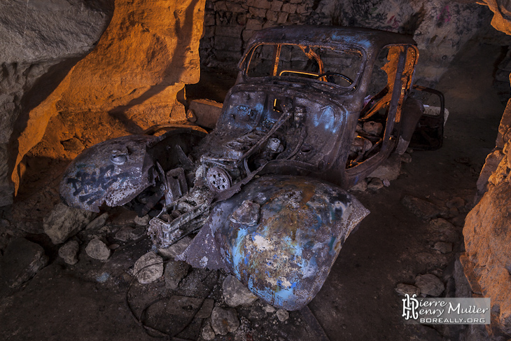 Traction 11 légère abandonnée dans la carrière souterraine Dédé