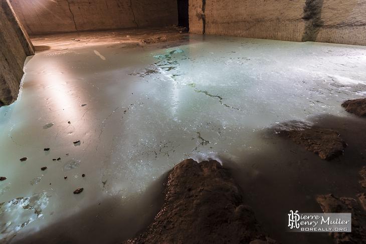 Concrétion calcite flottante à la surface de l'eau