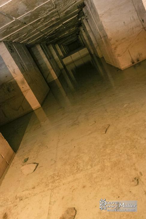 Galerie inondée et blocs de calcaire extrait à Hennocque
