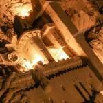 Sculpture de château en bas relief dans la salle Lepto de la carrière Hennocque