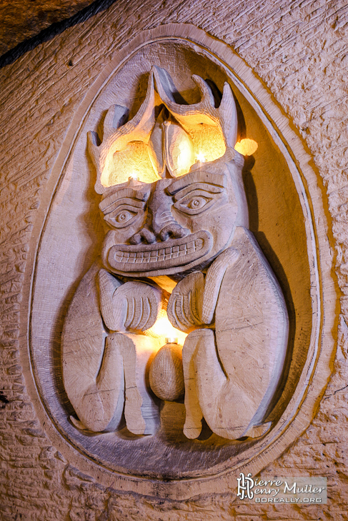 Sculpture deux corps à tête commune en bas relief dans la salle Lepto