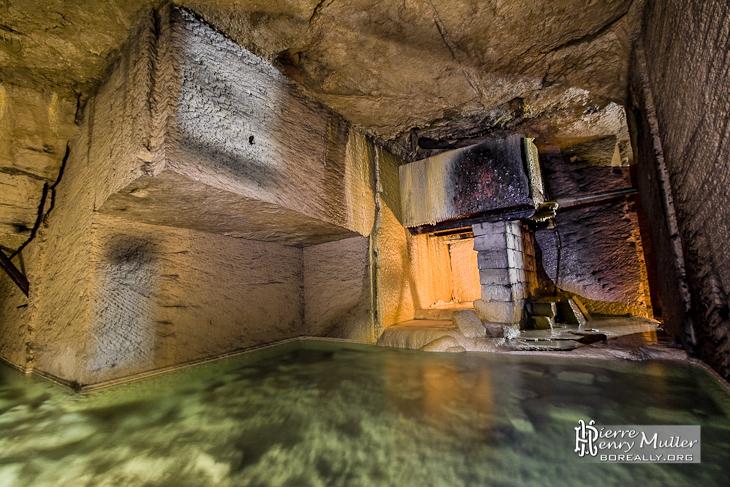 Source d'eau et cavité inondée dans la carrière souterraine de Méry sur Oise