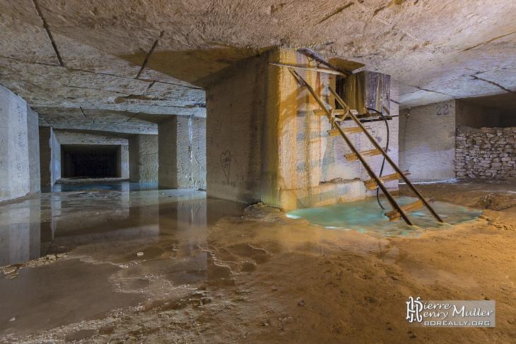 Source d'eau sur un pilier de la carrière Hennocque de Méry sur Oise
