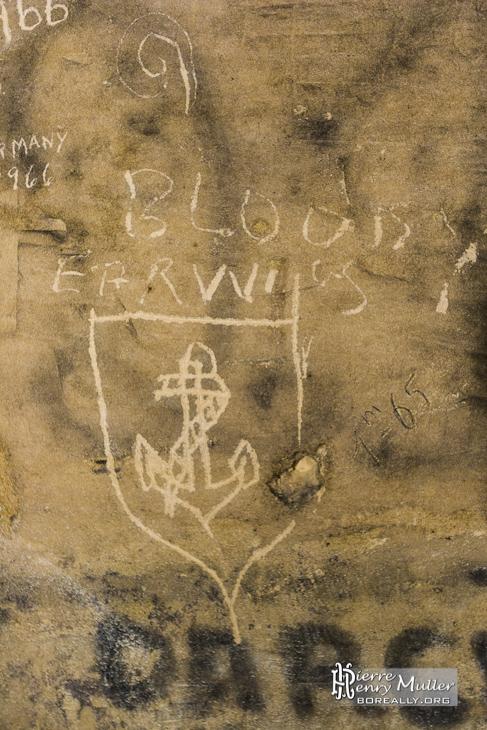 Insigne ancre de bateau gravé sur un mur
