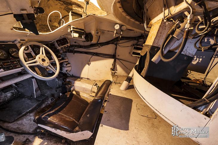 Intérieur d'un VBC90 Renault dans la carrière de l'Otan