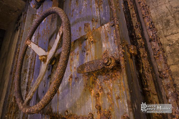 Mécanisme d'une porte blindée rouillée du bunker de l'Otan