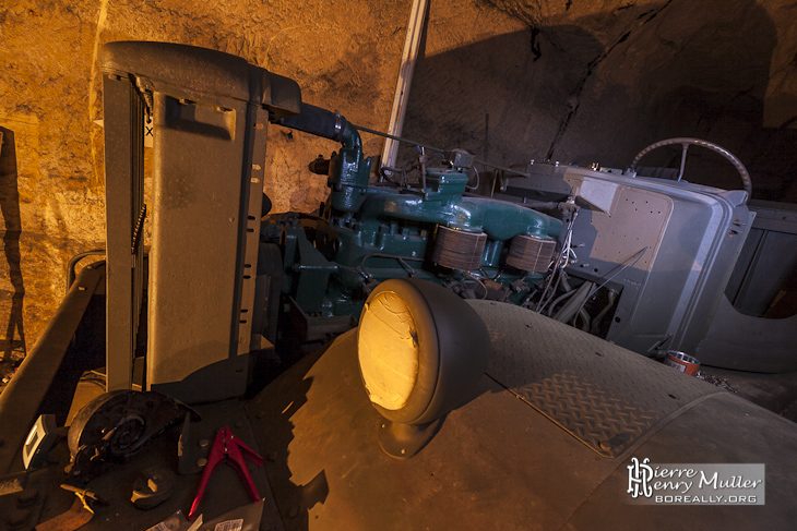 Moteur en maintenance d'un tracteur Diamond M20 au PC de l'Otan