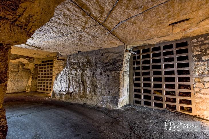 Murs anti-souffle dans le bunker souterrain de l'Otan