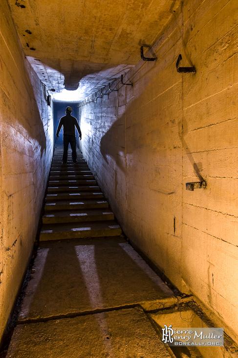 Ombre portée dans un couloir du bunker de l'Otan