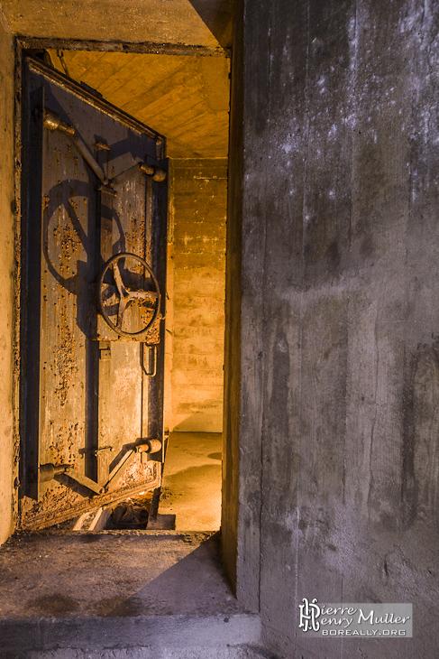 Porte blindée du bunker dans la forêt de Saint Germain en Laye