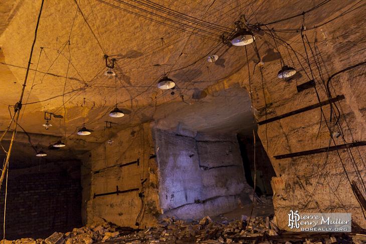 Salle avec lampes sans aménagements sur les murs au bunker de l'Otan