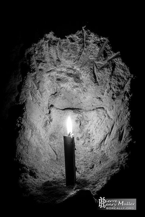 Bougie dans une cavité d'un mur de la carrière souterraine de la patate