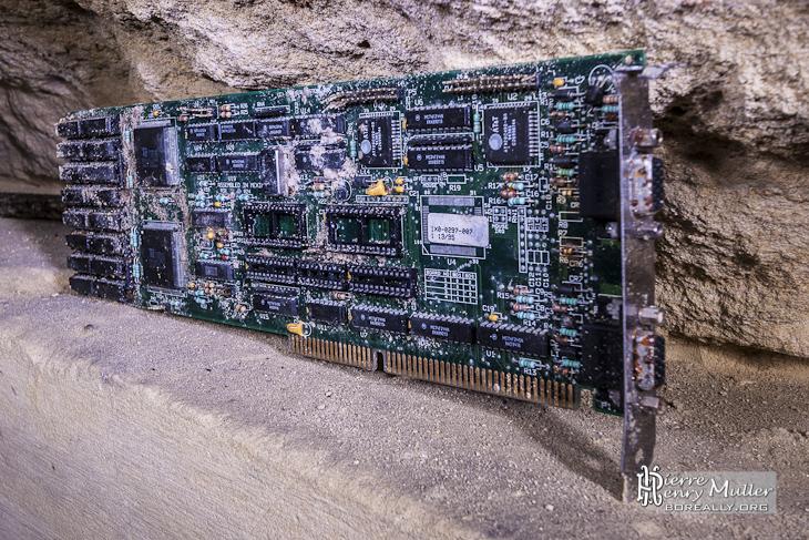 Carte vidéo informatique abandonnée dans la carrière patate