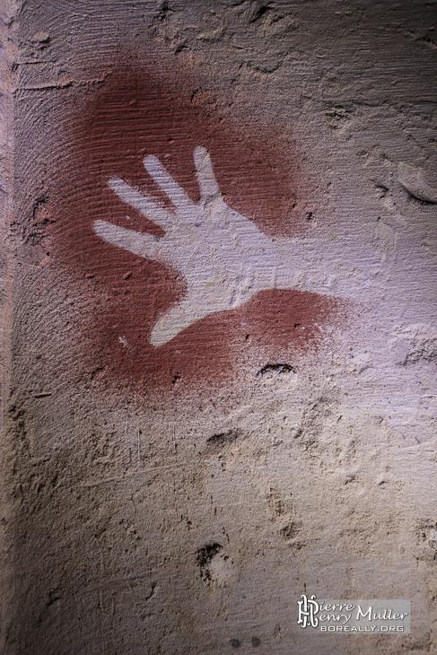 Empreinte de main préhistorique à l'ocre fait par des ktaphiles