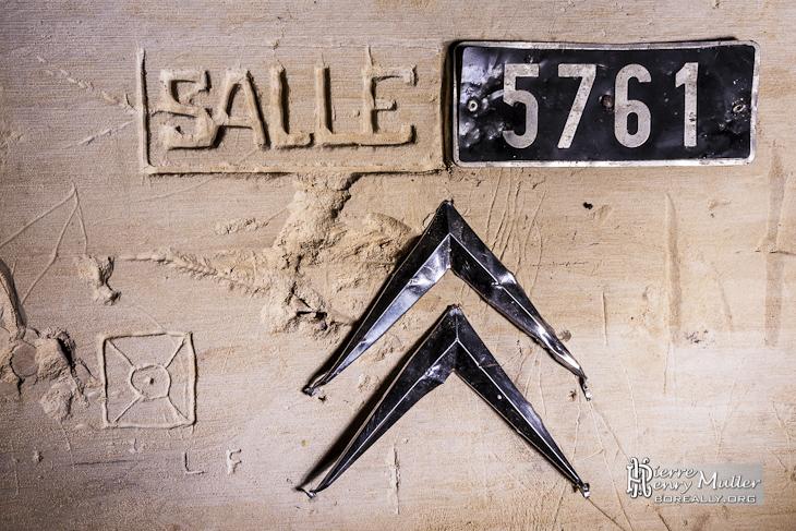 Logo Citroën et plaque minéralogique pour nommer la salle du squat