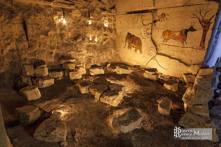 Squat ktaphile avec ses dessins préhistoriques sur les murs de la carrière