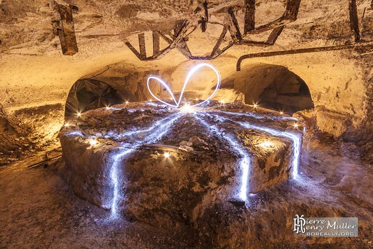 Broyeur de craie circulaire transformé en paquet cadeau par le light painting