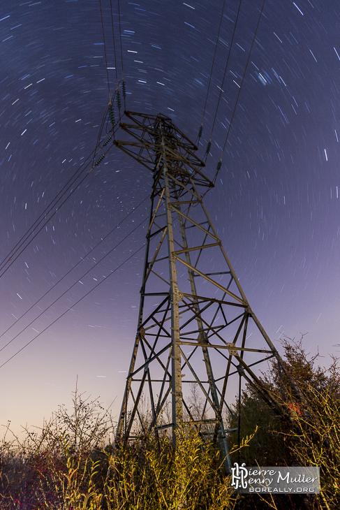 Pylône électrique avec filé d'étoiles