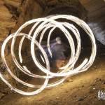 Cercles de feu par un jongleur en pause longue