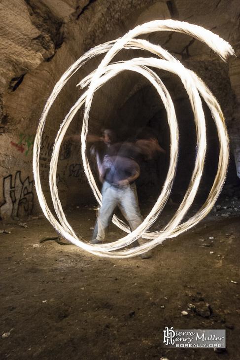 Grands cercles de feu par un jongleur
