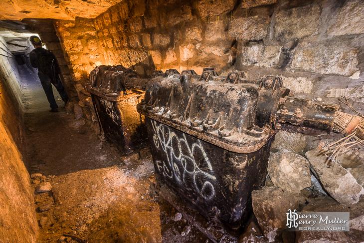 Anciens caissons d'amplification de signaux téléphoniques dans les catacombes