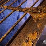 Détail de la rouille de la porte grillagée du Val-de-Grâce dans les catacombes de Paris