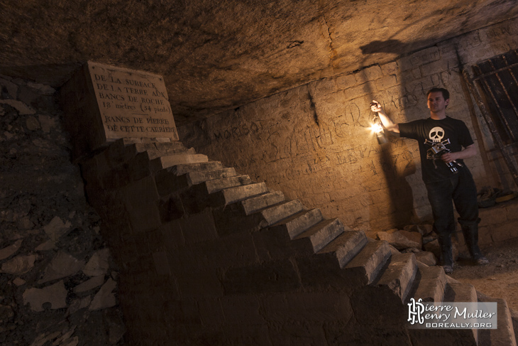 Escalier minéralogique de Notre Dame des Champs éclairé à l'acétylène par un ktaphile