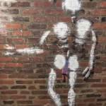 Homme en blanc de Jérôme Mesnager dans les catacombes de Paris