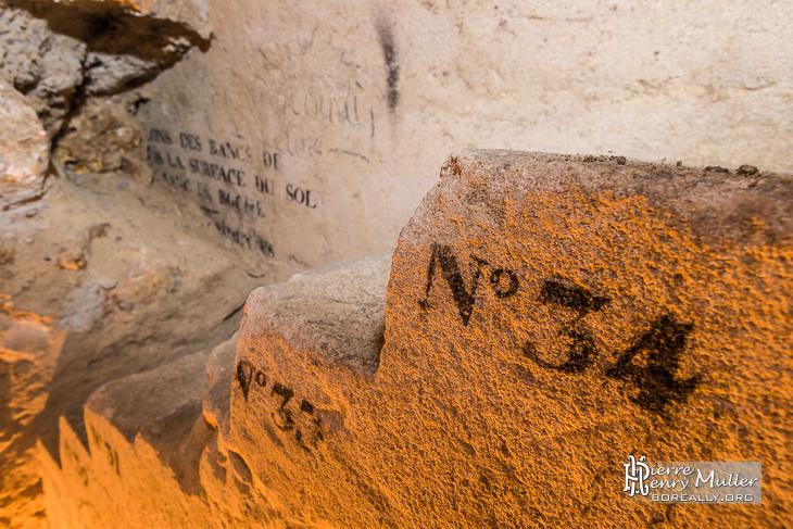 Numérotations et inscriptions sur l'escalier minéralogique