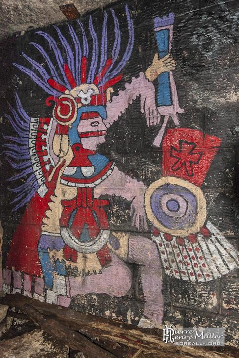 Personnage Maya sur le mur des promotions dans les catacombes de Paris