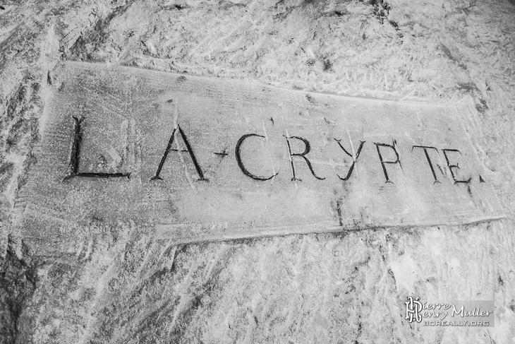 Plaque gravée dans la roche de la Crypte des Catacombes sous Paris