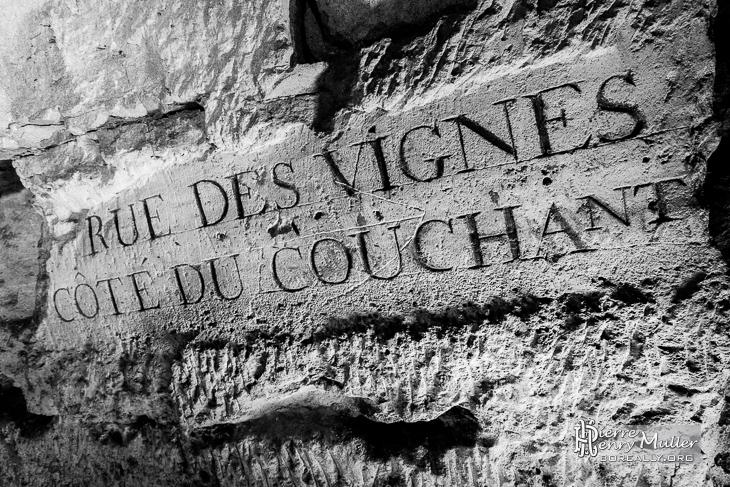 Plaque rue des Vignes côté du Couchant dans les catacombes