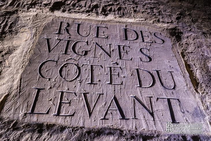 Plaque rue des Vignes côté du Levant dans les catacombes