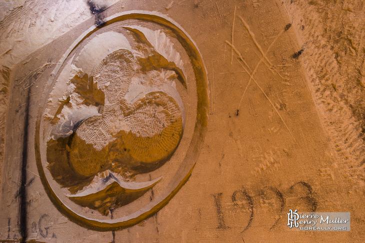 Sculpture dans la Crypte des Catacombes sous Paris