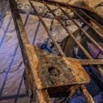 Serrure et porte grillagée sous le Val-de-Grâce dans les catacombes de Paris