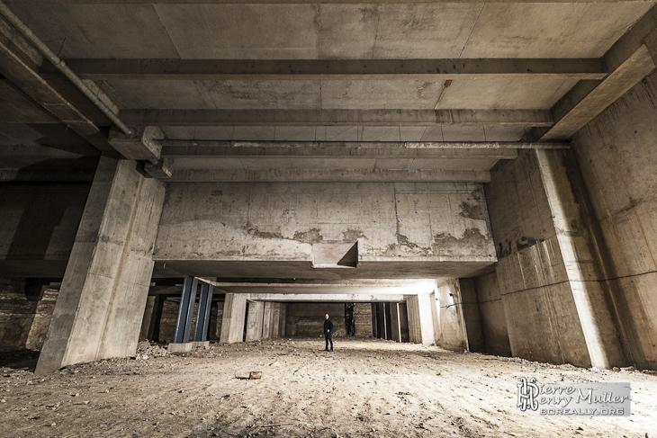 Echelle humaine dans l'immense cathédrale souterraine de La Défense