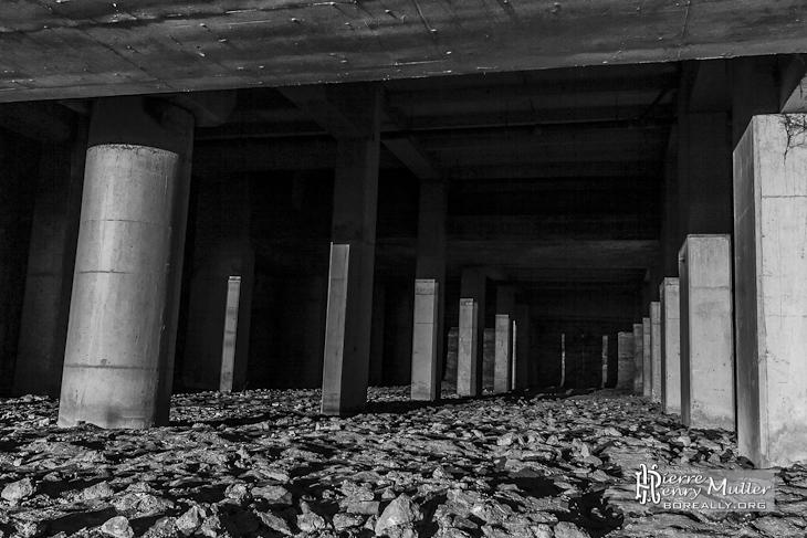 Forêt de piliers de consolidation dans la cathédrale souterraine de La Défense