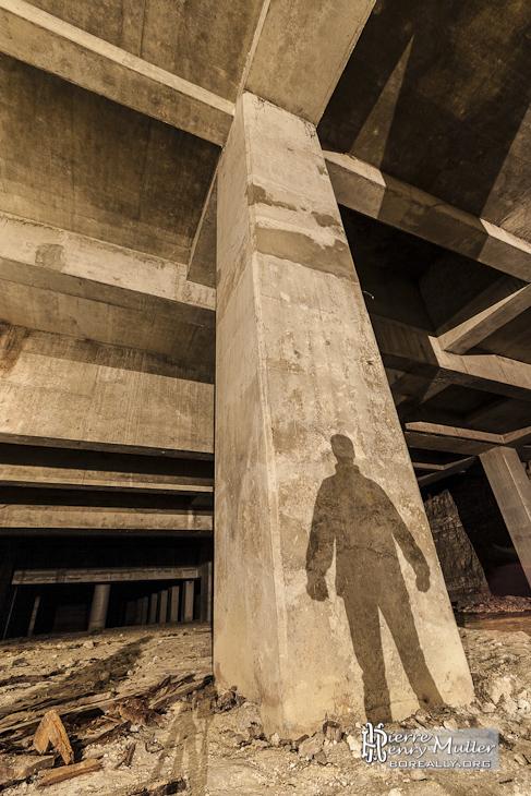 Ombre portée sur un pilier de la cathédrale souterraine de la Défense