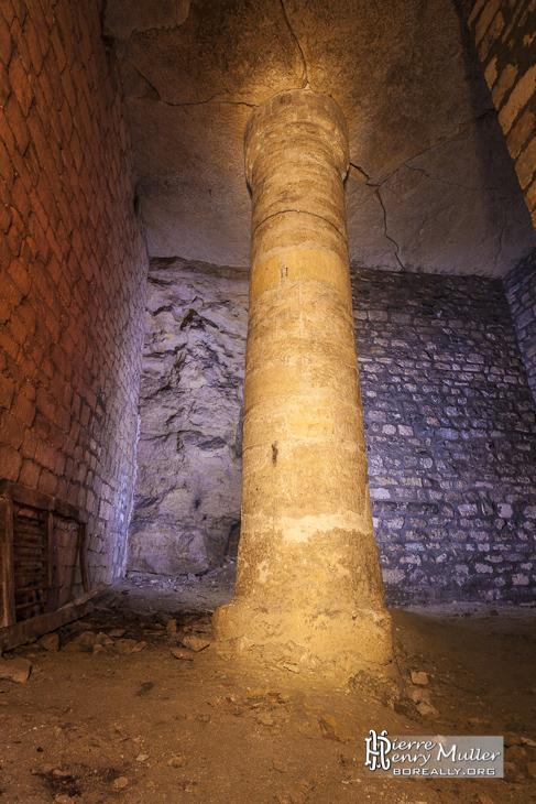 Pilier de soutènement rond à la cathédrale souterraine du Pecq