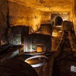 Galerie de stockage des grands tonneaux dans la cave brasserie