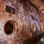 Rangé de cuve de bière en céramique dans la cave brasserie de Sèvres