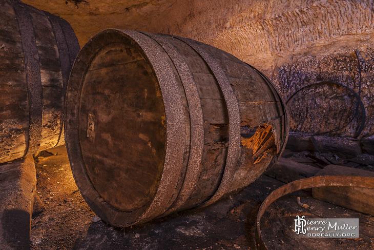 tonneau en bois de grande taille dans la cave brasserie de s vres boreally. Black Bedroom Furniture Sets. Home Design Ideas