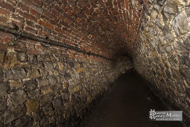Galerie en moellons et briques rouge dans les souterrains de la citadelle de Namur