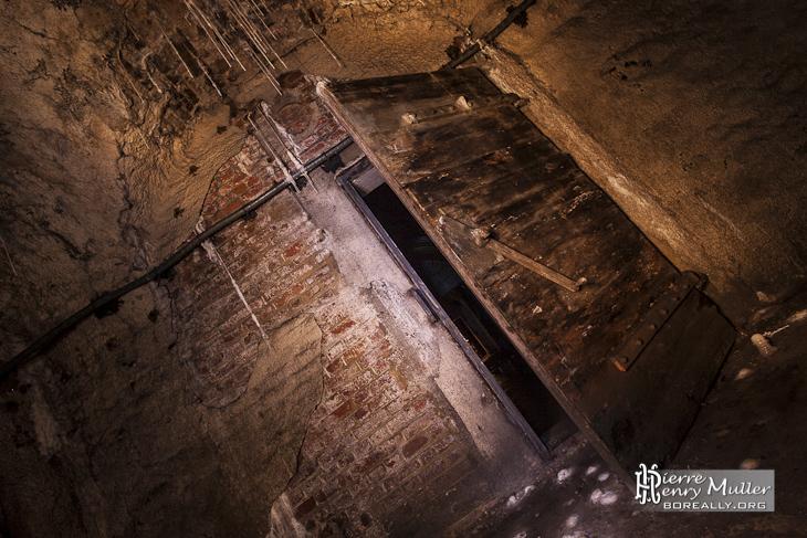 Porte en bois d'une salle dans les souterrains de la citadelle de Namur