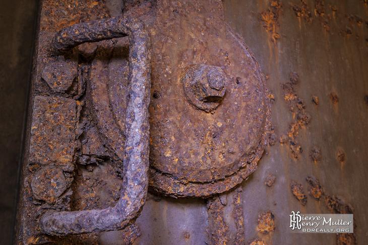Porte et serrure rouillée dans les souterrains de la citadelle de Namur