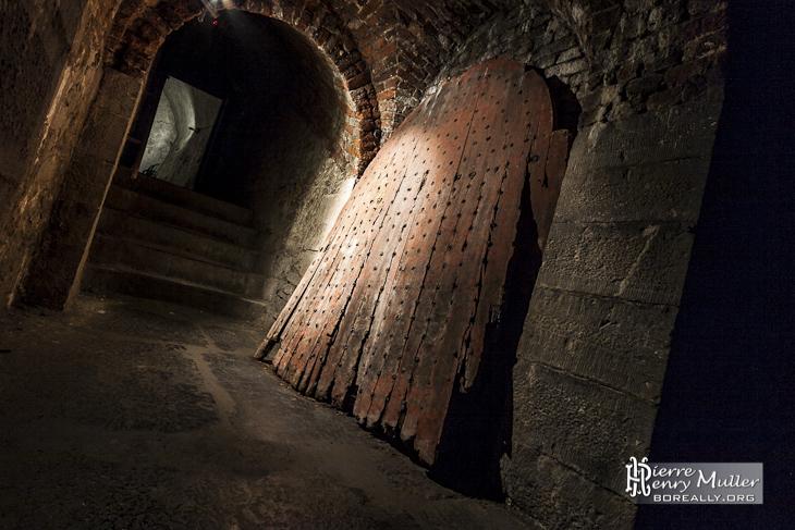 Vieille porte en bois dans les souterrains de la citadelle de Namur