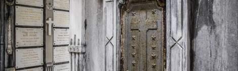 La crypte comporte de nombreux caveaux sous le cimetière de Laeken à Bruxelles....