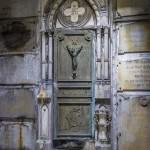 Caveau au milieu des tombeaux dans la crypte du cimetière