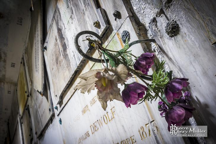 Fleurs artificielles sur les tombes de la crypte